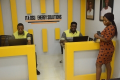 Ita-Osu-Customer-service-representatives-in-the-CS-shop